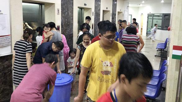 Vì sao nước sạch ở Hà Nội bốc mùi? Dân kêu, vẫn chưa có trả lời - Ảnh 1.