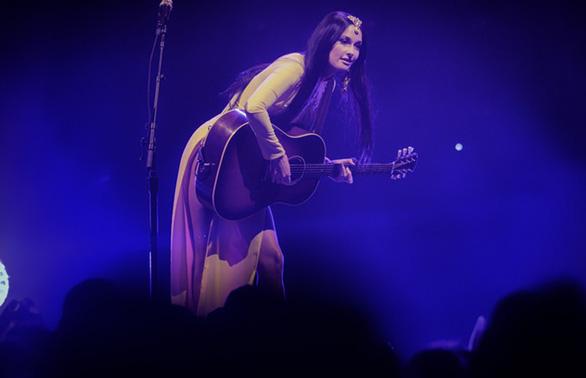 Nữ ca sĩ  Kacey Musgraves từng đoạt Grammy mặc áo dài với... quần lót biểu diễn - Ảnh 3.