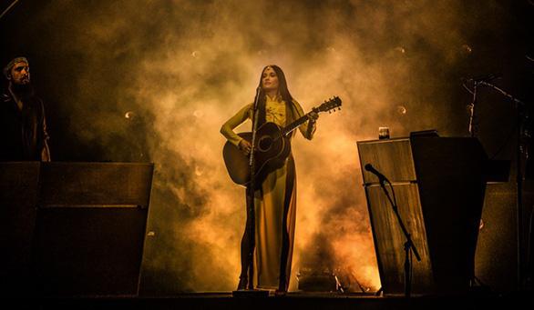 Nữ ca sĩ  Kacey Musgraves từng đoạt Grammy mặc áo dài với... quần lót biểu diễn - Ảnh 1.