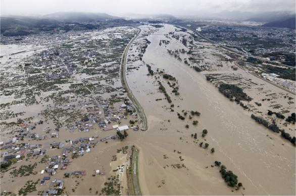 Nhật triển khai 27.000 binh lính và nhân viên cứu hộ giúp dân vượt qua lũ lụt - Ảnh 1.