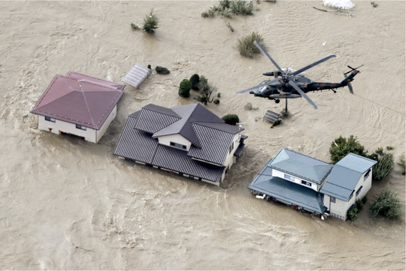 Nhật triển khai 27.000 binh lính và nhân viên cứu hộ giúp dân vượt qua lũ lụt - Ảnh 3.