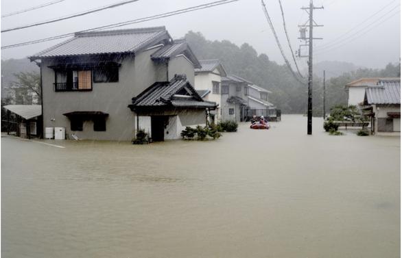 Nhật triển khai 27.000 binh lính và nhân viên cứu hộ giúp dân vượt qua lũ lụt - Ảnh 4.