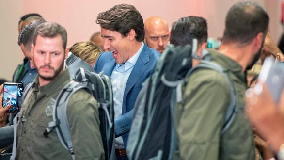 Thủ tướng Canada mặc áo chống đạn khi... tranh cử - Ảnh 2.