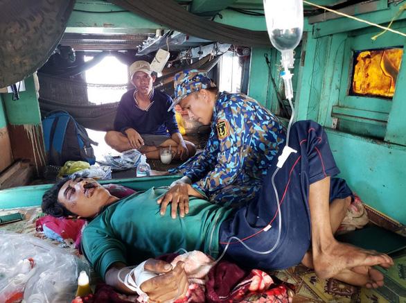 Bộ đội nhà giàn cấp cứu cho ngư dân ngay trên tàu cá - Ảnh 1.