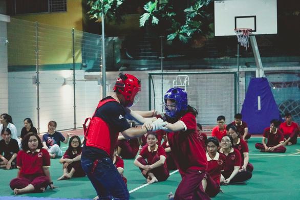Sinh viên hào hứng với chuyên đề Hướng dẫn kỹ năng tự vệ cho nữ sinh SIU - Ảnh 7.