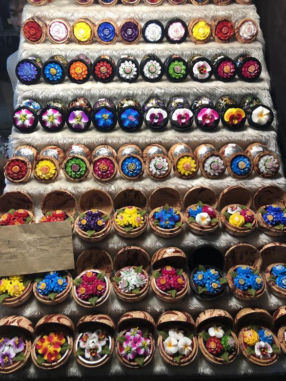 'Hóa phép' xà phòng thành hoa ở chợ đêm Chiang Rai - Ảnh 3.
