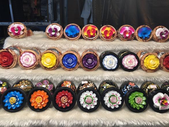 'Hóa phép' xà phòng thành hoa ở chợ đêm Chiang Rai - Ảnh 4.
