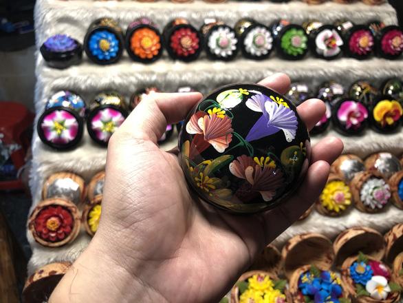 'Hóa phép' xà phòng thành hoa ở chợ đêm Chiang Rai - Ảnh 7.