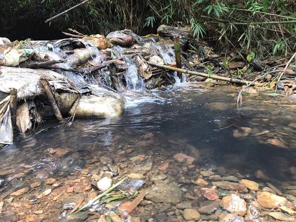 Vụ nước có mùi lạ ở Hà Nội: Xe tải đổ trộm dầu nhớt gần nhà máy nước sông Đà - Ảnh 2.