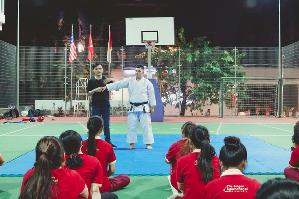 Sinh viên hào hứng với chuyên đề Hướng dẫn kỹ năng tự vệ cho nữ sinh SIU - Ảnh 2.