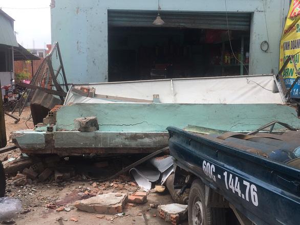 Sập nhà đang tháo dỡ để làm đường, 2 người bị thương nặng - Ảnh 1.