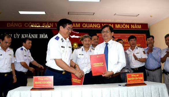 Cảnh sát biển ký kết chương trình đồng hành cùng ngư dân - Ảnh 1.
