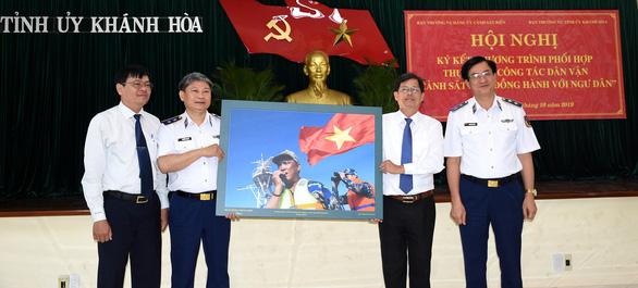 Cảnh sát biển ký kết chương trình đồng hành cùng ngư dân - Ảnh 3.