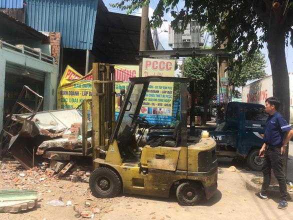 Sập nhà đang tháo dỡ để làm đường, 2 người bị thương nặng - Ảnh 2.