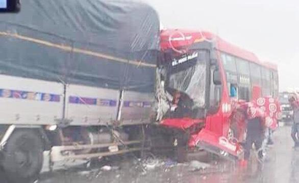 Xe tải đâm xe giường nằm, 1 người chết, hàng chục người bị thương - Ảnh 1.