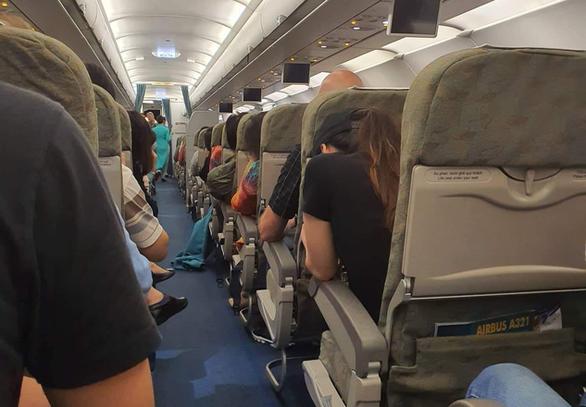 Máy bay 2 lần đáp xuống sân bay Đà Nẵng rồi lại vút lên bất thường - Ảnh 1.