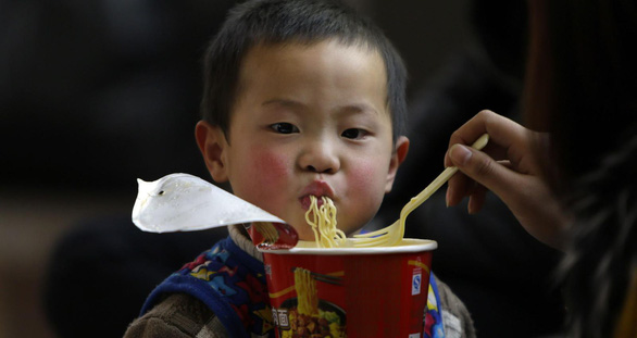 UNICEF: hàng triệu trẻ em suy dinh dưỡng vì lạm dụng thực phẩm tiện lợi - Ảnh 1.