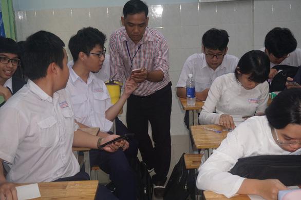 Thầy trò vừa háo hức vừa lo làm bài kiểm tra trên điện thoại - Ảnh 2.