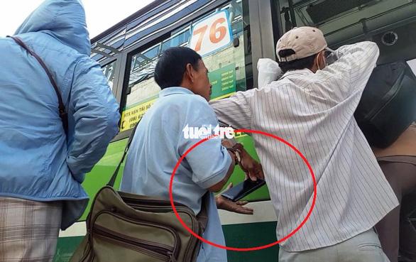Vạch trần thủ đoạn dàn trận móc túi khách đi xe buýt trước KDL Suối Tiên - Ảnh 3.