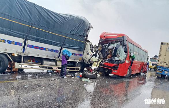 Xe tải đâm xe giường nằm, 1 người chết, hàng chục người bị thương - Ảnh 6.