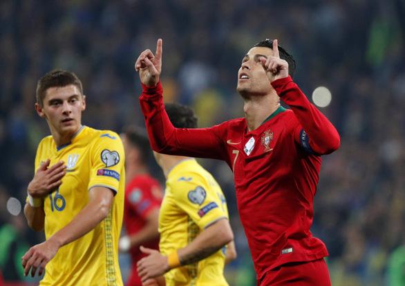 Bồ Đào Nha thất bại trong ngày Ronaldo có bàn thắng thứ 700 - Ảnh 1.