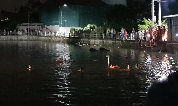 4 bé đạp vịt trên hồ bị lật thuyền, 2 bé gái chết đuối - Ảnh 1.
