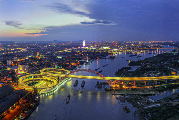 Xịt sơn xí chỗ bán hàng ngay trên cầu đẹp nhất Hải Phòng - Ảnh 4.