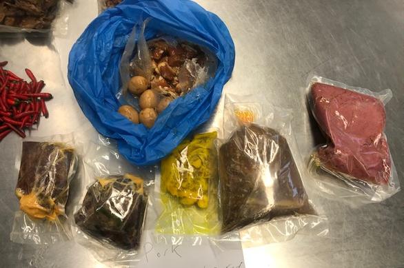 Một người Việt bị trục xuất, hủy visa vì mang thịt kho tàu vô Úc - Ảnh 2.