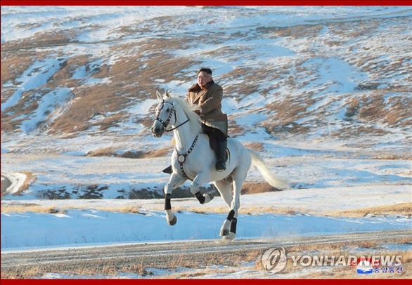 Ông Kim Jong Un cưỡi bạch mã lên núi thiêng, lên tiếng chỉ trích Mỹ - Ảnh 2.