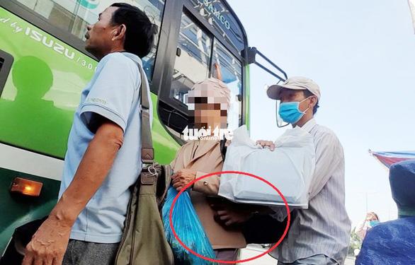 Công an TP.HCM truy xét nhóm dàn trận móc túi khách đi xe buýt - Ảnh 1.