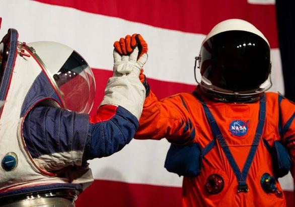 NASA công bố quần áo giúp du hành gia đi trên Mặt trăng như trên Mặt đất - Ảnh 1.