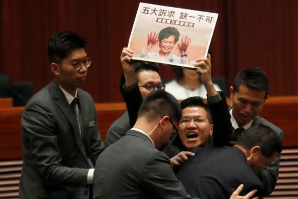 Hơn chục nghị sĩ Hong Kong bị lôi khỏi phòng họp vì la hét om sòm - Ảnh 2.