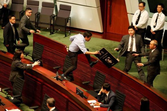 Hơn chục nghị sĩ Hong Kong bị lôi khỏi phòng họp vì la hét om sòm - Ảnh 3.