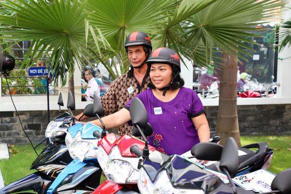 Tặng kinh phí xây nhà, hỗ trợ xe gắn máy cho hộ nghèo TP.HCM - Ảnh 3.