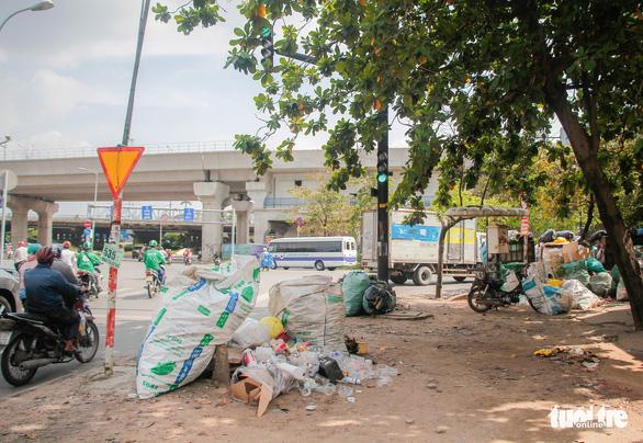 Ngộp thở với các bãi rác kinh dị giữa đường phố Sài Gòn - Ảnh 3.