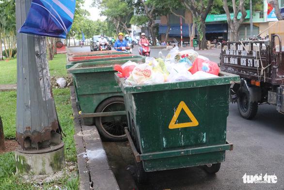 Ngộp thở với các bãi rác kinh dị giữa đường phố Sài Gòn - Ảnh 4.