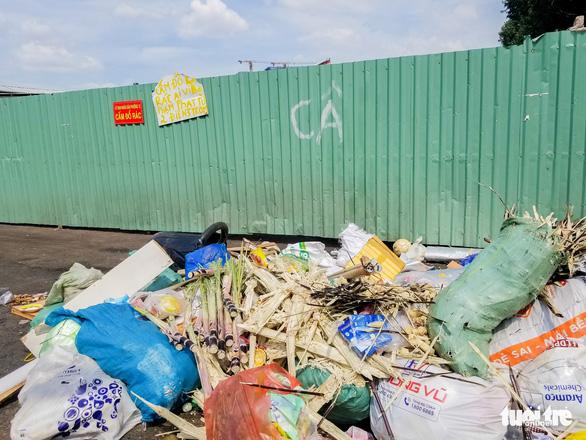 Ngộp thở với các bãi rác kinh dị giữa đường phố Sài Gòn - Ảnh 5.