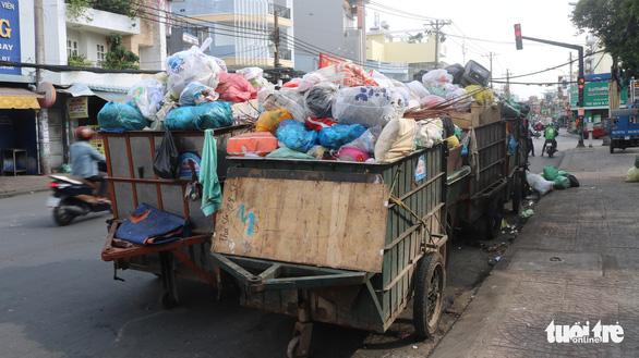 Ngộp thở với các bãi rác kinh dị giữa đường phố Sài Gòn - Ảnh 6.