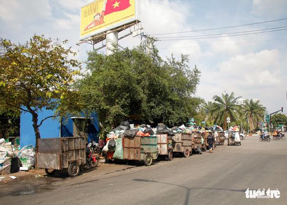 Ngộp thở với các bãi rác kinh dị giữa đường phố Sài Gòn - Ảnh 13.