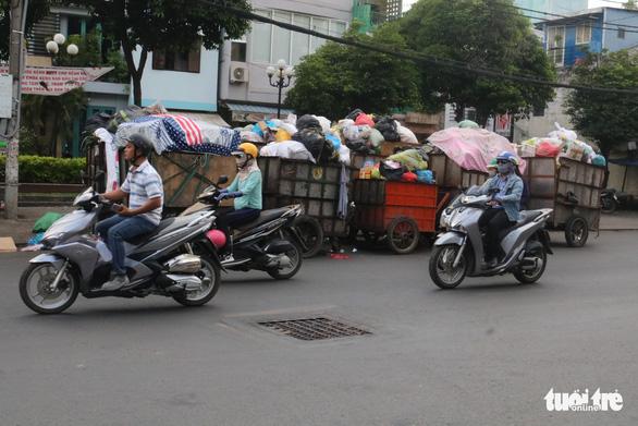 Ngộp thở với các bãi rác kinh dị giữa đường phố Sài Gòn - Ảnh 7.