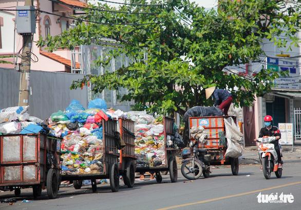Ngộp thở với các bãi rác kinh dị giữa đường phố Sài Gòn - Ảnh 8.