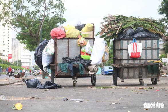 Ngộp thở với các bãi rác kinh dị giữa đường phố Sài Gòn - Ảnh 9.