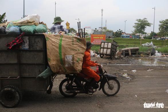 Ngộp thở với các bãi rác kinh dị giữa đường phố Sài Gòn - Ảnh 10.