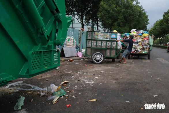 Ngộp thở với các bãi rác kinh dị giữa đường phố Sài Gòn - Ảnh 11.