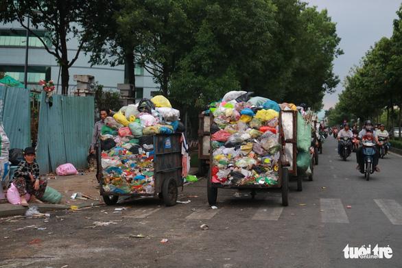 Ngộp thở với các bãi rác kinh dị giữa đường phố Sài Gòn - Ảnh 2.