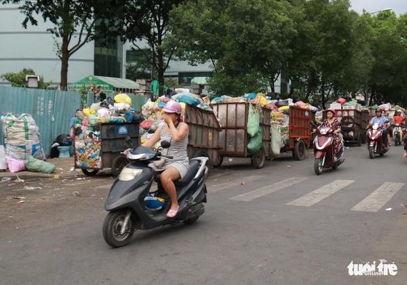Ngộp thở với các bãi rác kinh dị giữa đường phố Sài Gòn - Ảnh 12.