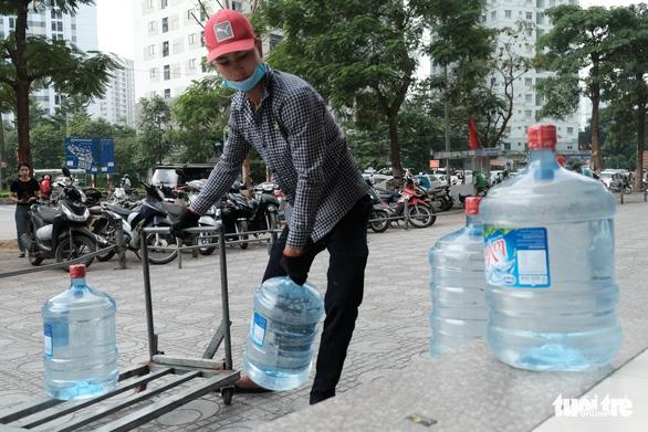 Hà Nội thiếu nước sạch: Cháy nước đóng chai, loại đắt loại rẻ đều bán hết - Ảnh 2.