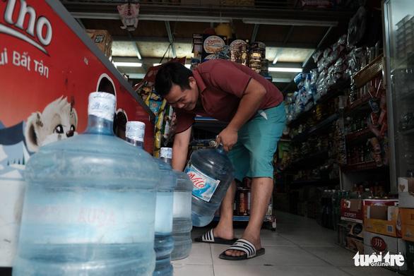 Hà Nội thiếu nước sạch: Cháy nước đóng chai, loại đắt loại rẻ đều bán hết - Ảnh 3.