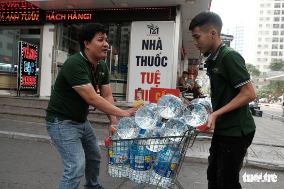 Hà Nội thiếu nước sạch: Cháy nước đóng chai, loại đắt loại rẻ đều bán hết - Ảnh 1.