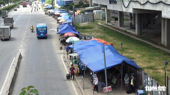 Lập chốt an ninh, chống móc túi tại trạm xe buýt trước KDL Suối Tiên - Ảnh 2.